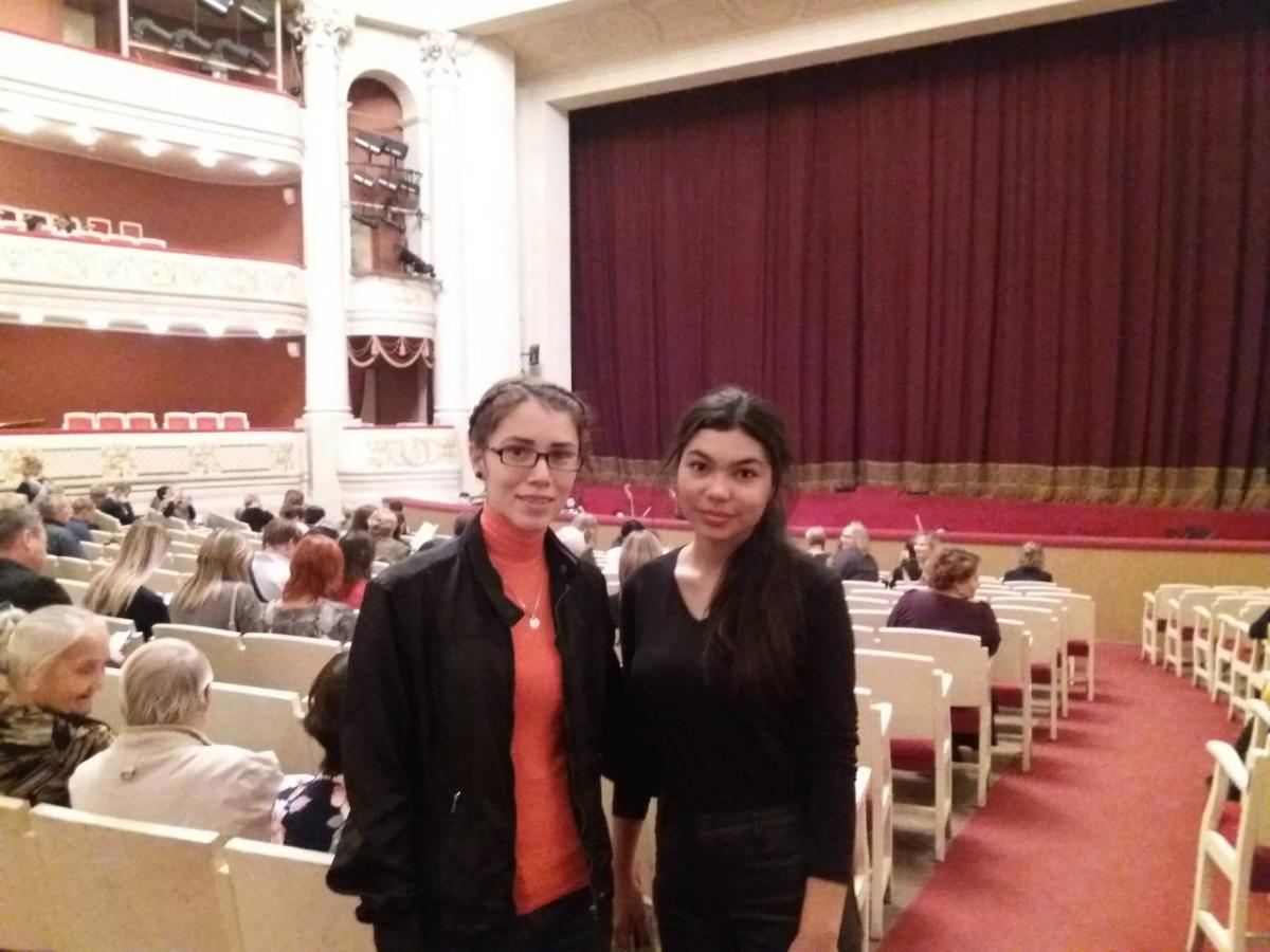 Foreign listeners are at the theater of Opera and ballet. Фото 1