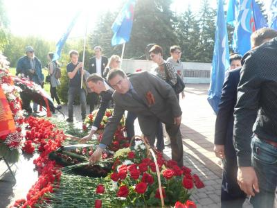 Laying flowers at the Memorial to the Defenders of the Fatherland. Фото 1